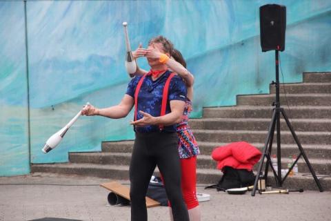 Akrobatyka-Komedia-i-Zonglerka-Duet-na-event-4