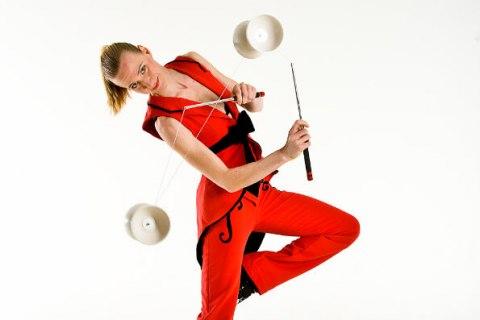 Artystka-z-diabolo-i-zonglerka-kapeluszami-1