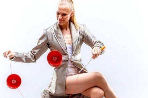 Artystka-z-diabolo-i-zonglerka-kapeluszami-2