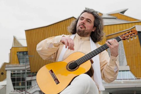 Klasyczny-Gitarzysta-z-Belina-2