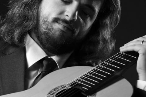 Klasyczny-Gitarzysta-z-Belina-3