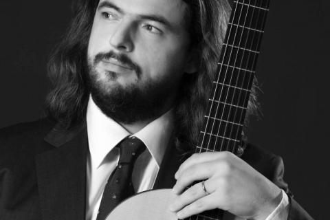 Klasyczny-Gitarzysta-z-Belina-4
