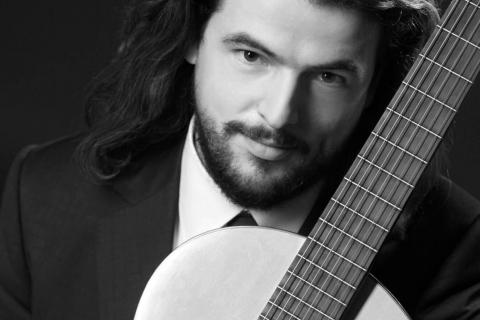 Klasyczny-Gitarzysta-z-Belina