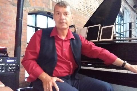 Śpiewający-Pianoman-z- Warszawy
