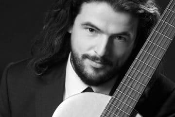 Klasyczny-Gitarzysta-ze-stolicy